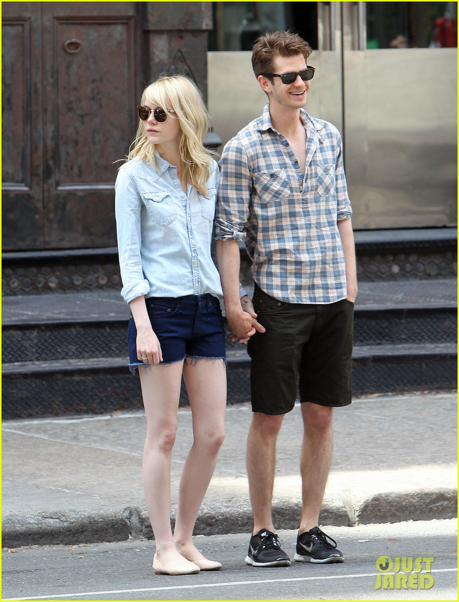 emma stone andrew garfield cuddle up in nyc 09