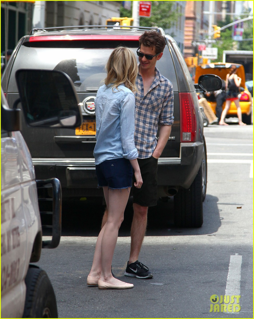 emma stone andrew garfield cuddle up in nyc 14