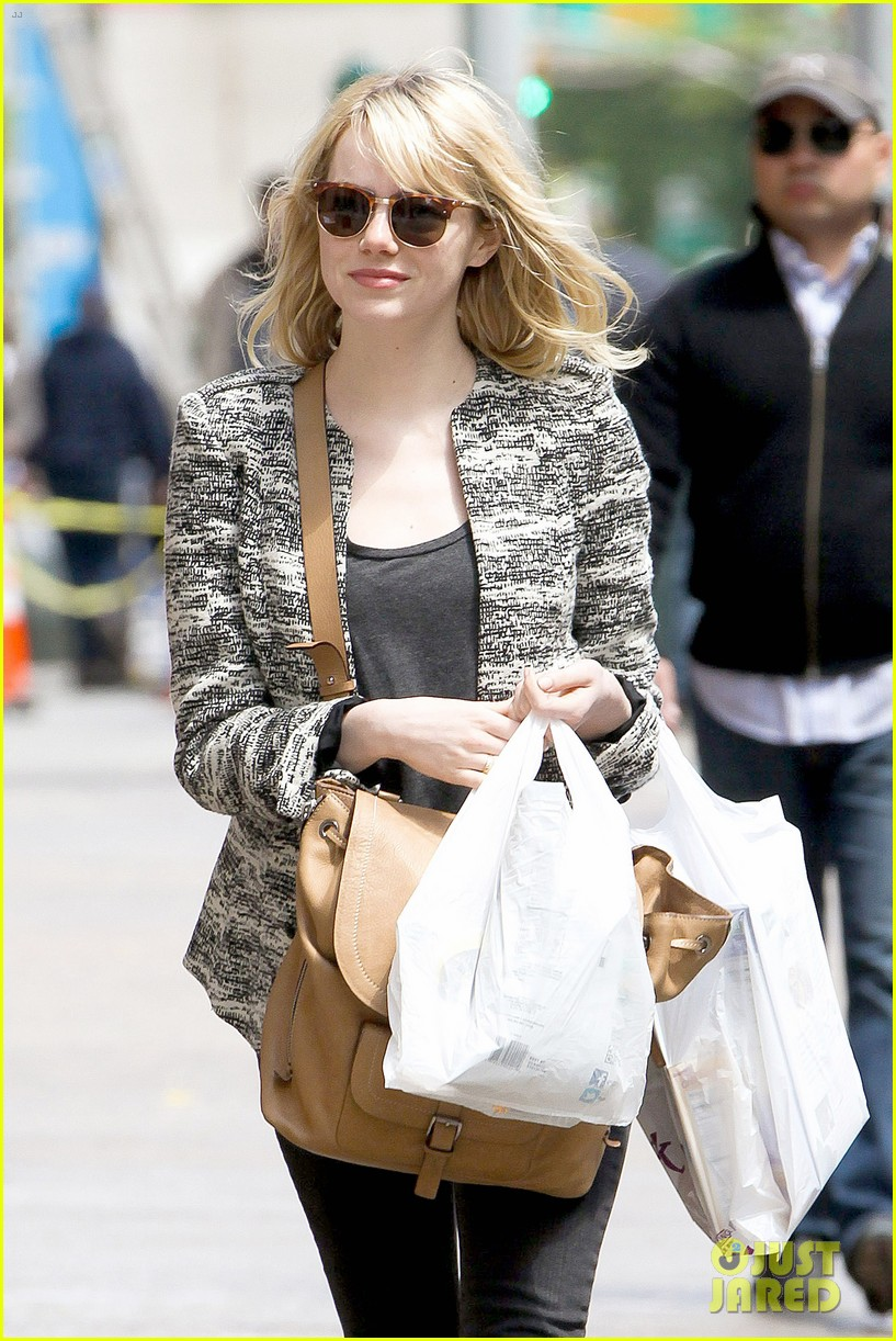 emma stone grocery gal in the big apple 04