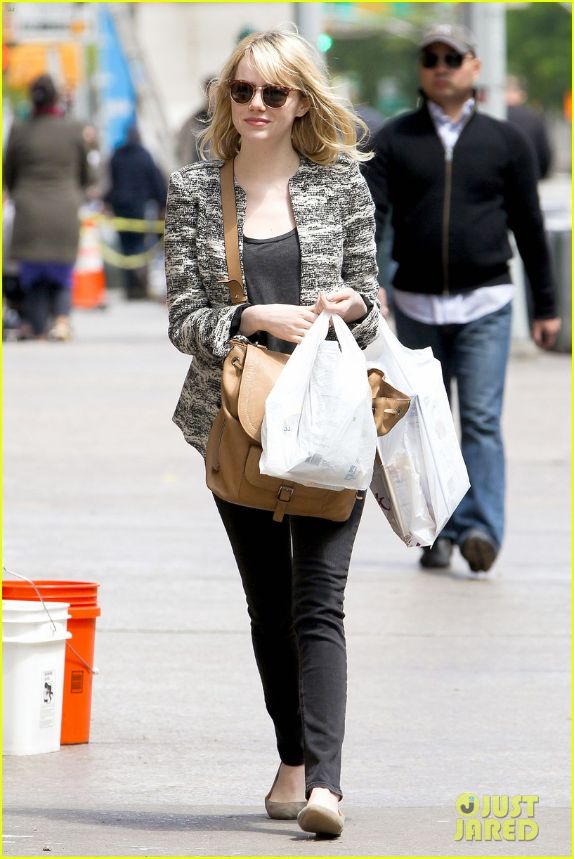 emma stone grocery gal in the big apple 06