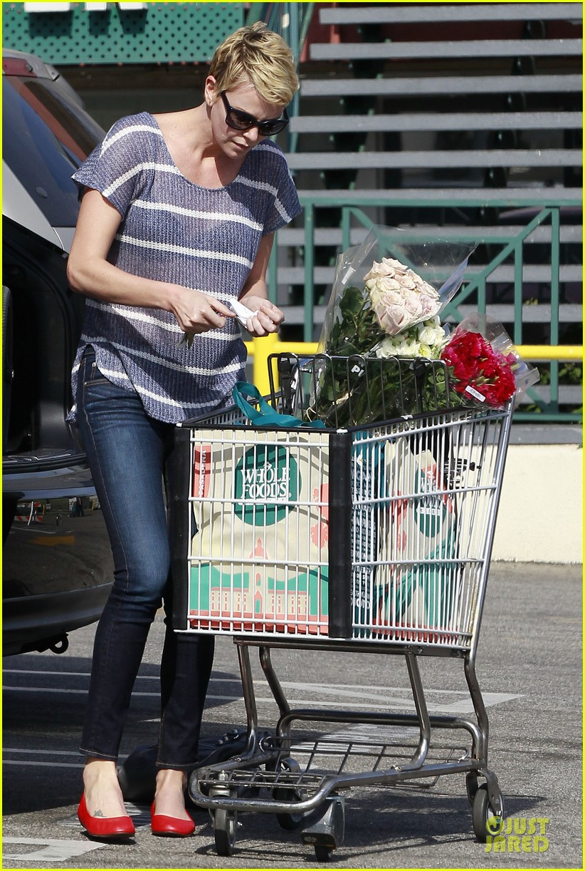 charlize theron flowers shopping at whole foods 012863210