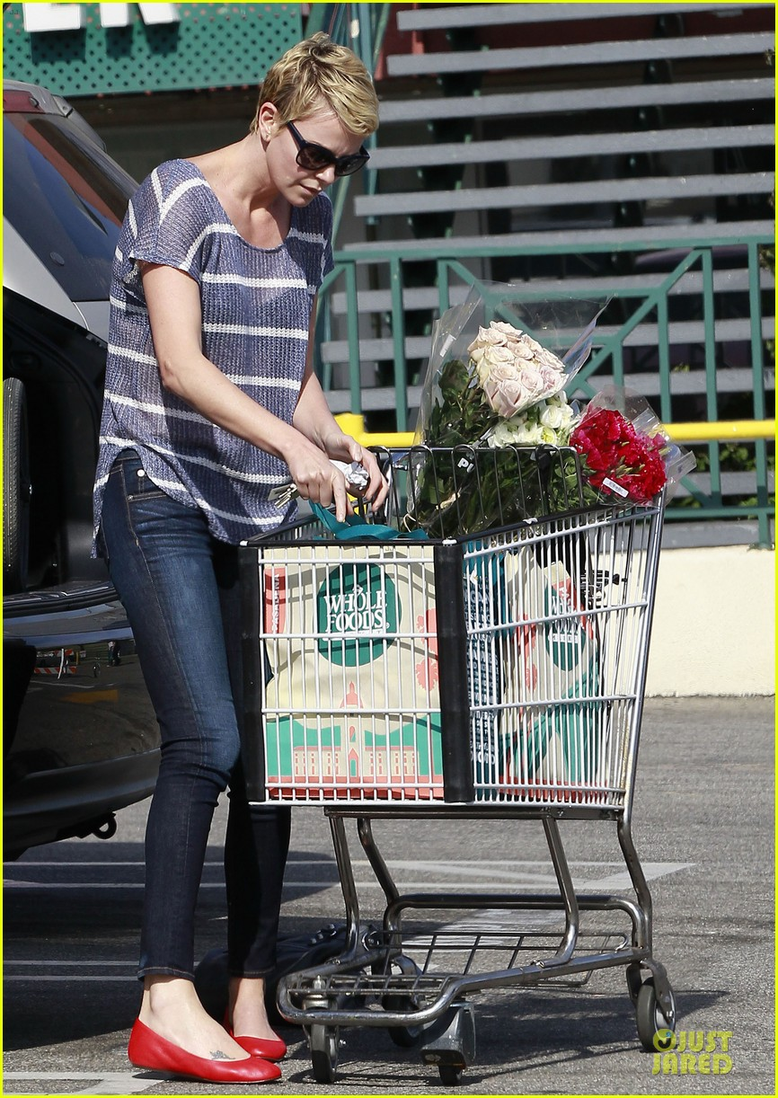 charlize theron flowers shopping at whole foods 11
