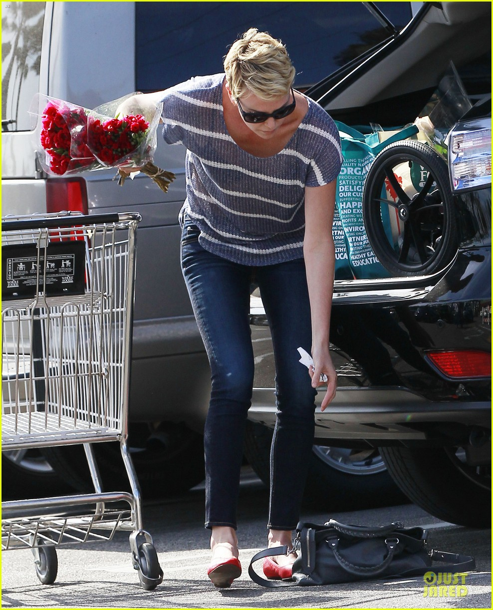 charlize theron flowers shopping at whole foods 14