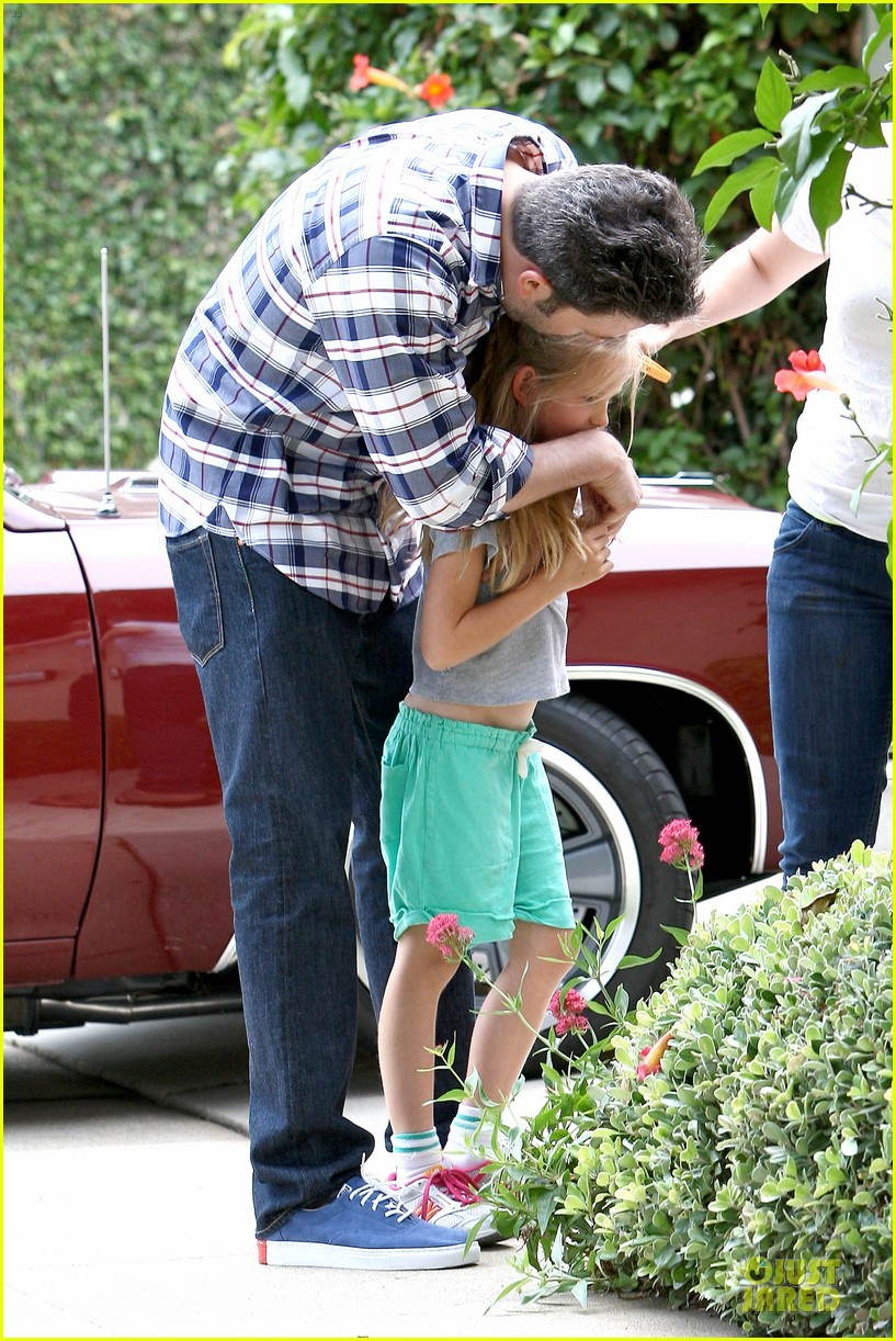 ben affleck loving dad while jennifer garner is away 022889533