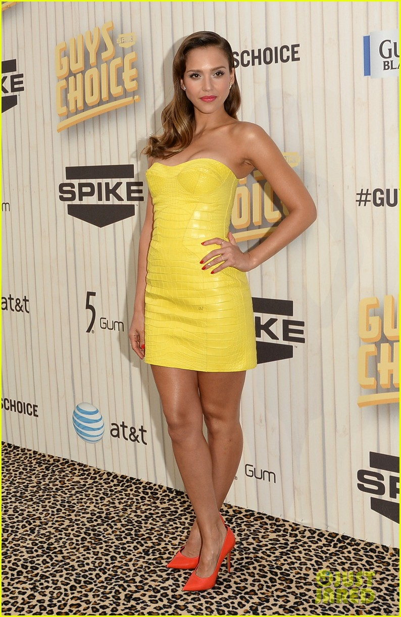 jessica alba guys choice awards 2013 red carpet 012887276