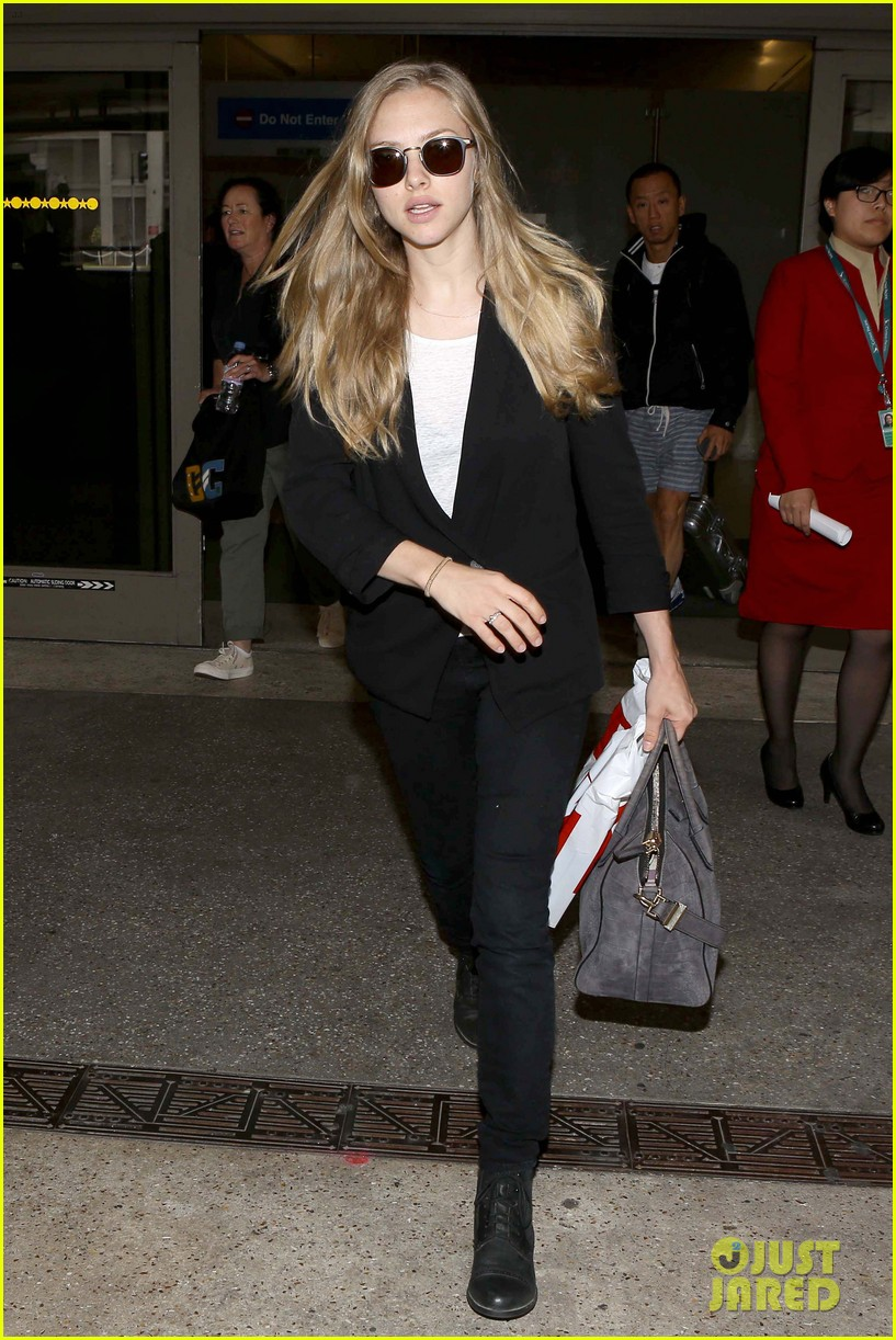 amanda seyfried returns to la after hong kong trip 08