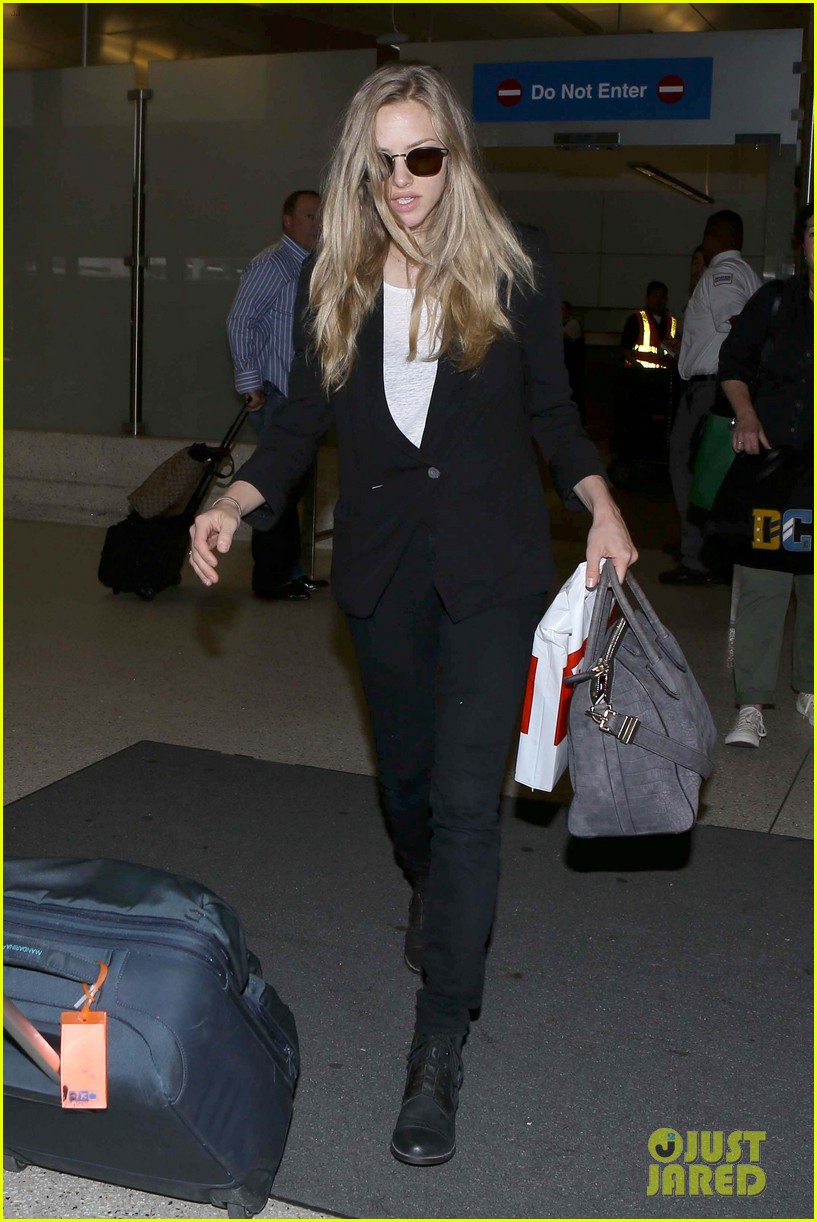 amanda seyfried returns to la after hong kong trip 18