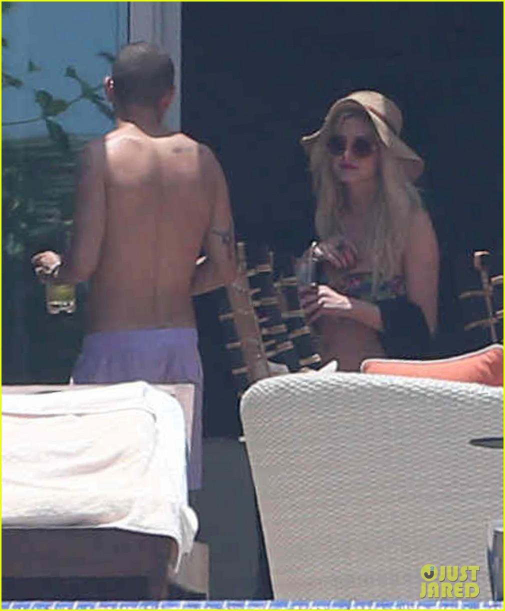ashlee simpson poolside bikini babe in mexico 092896986