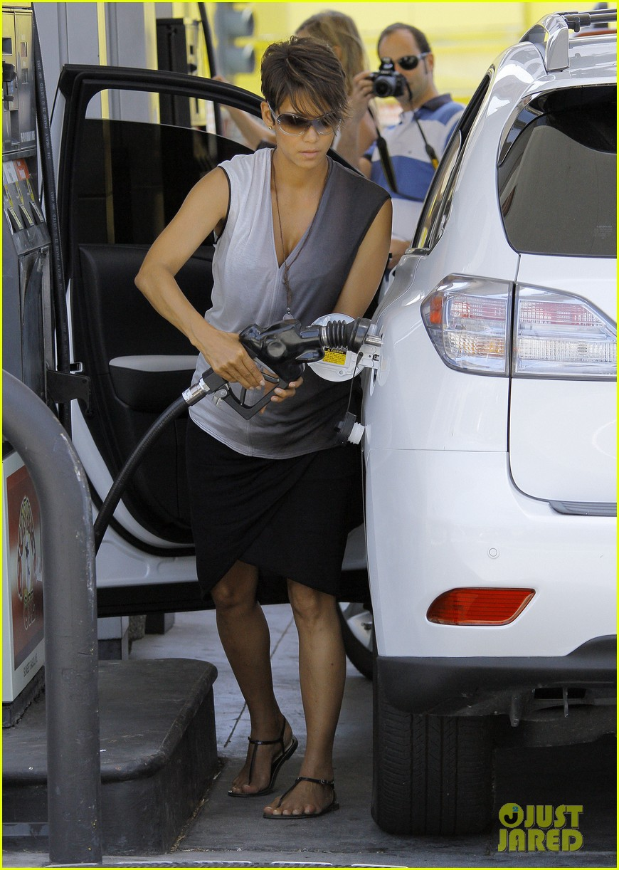 halle berry bumps at the gas station 082896721