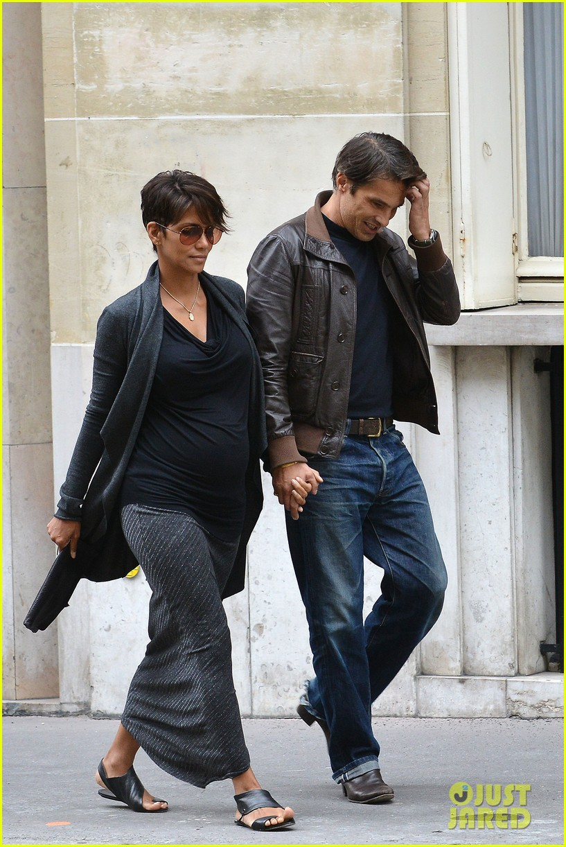 pregnant halle berry olivier martinez hold hands in paris 042889157