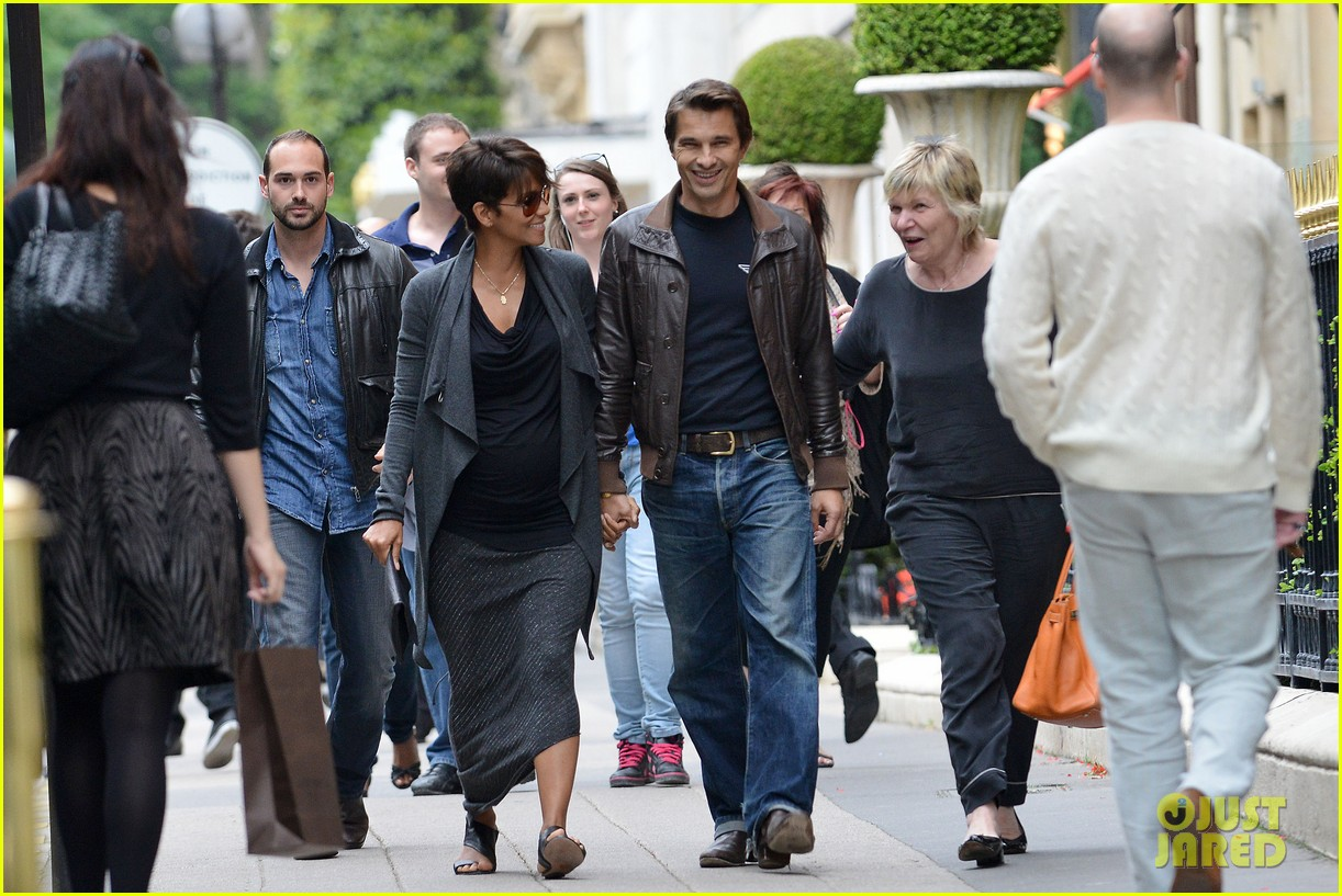 pregnant halle berry olivier martinez hold hands in paris 062889159