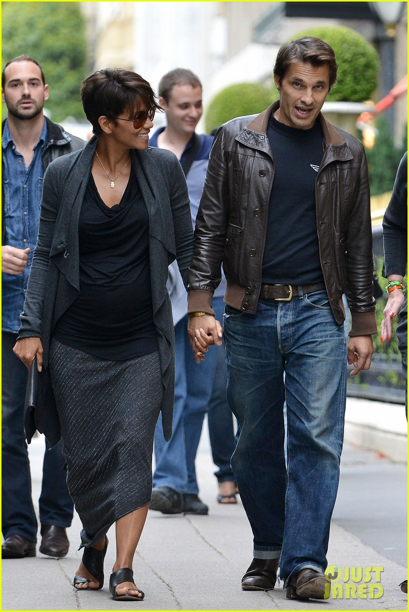 pregnant halle berry olivier martinez hold hands in paris 10