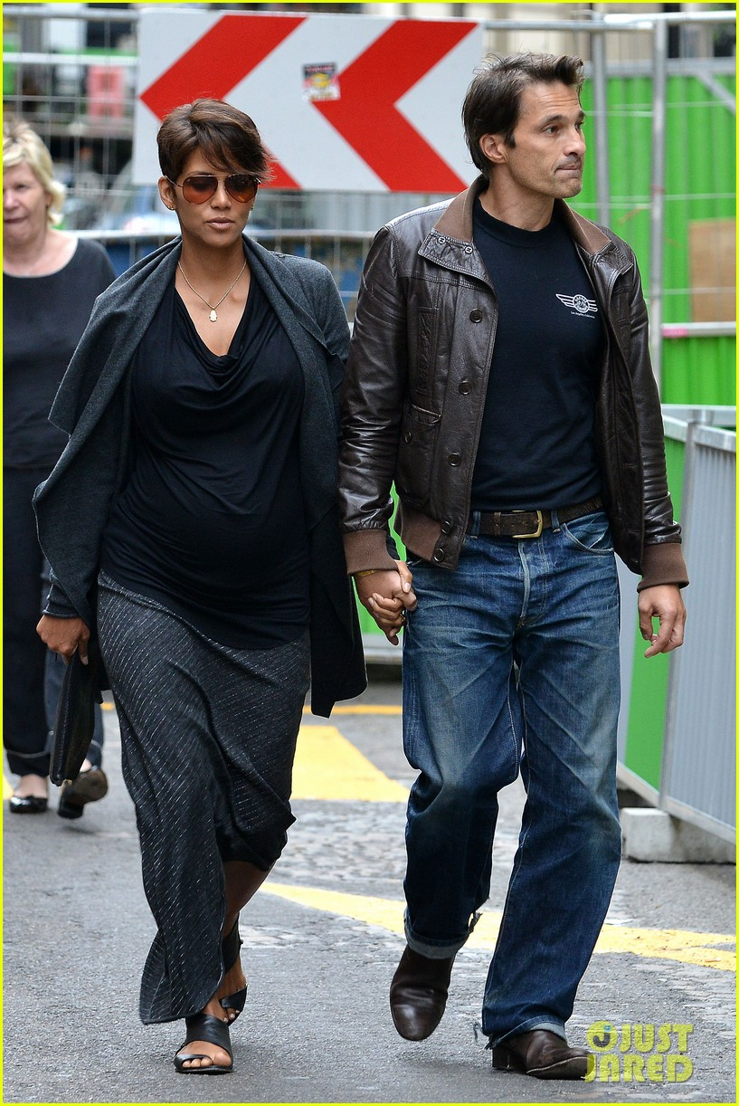 pregnant halle berry olivier martinez hold hands in paris 15