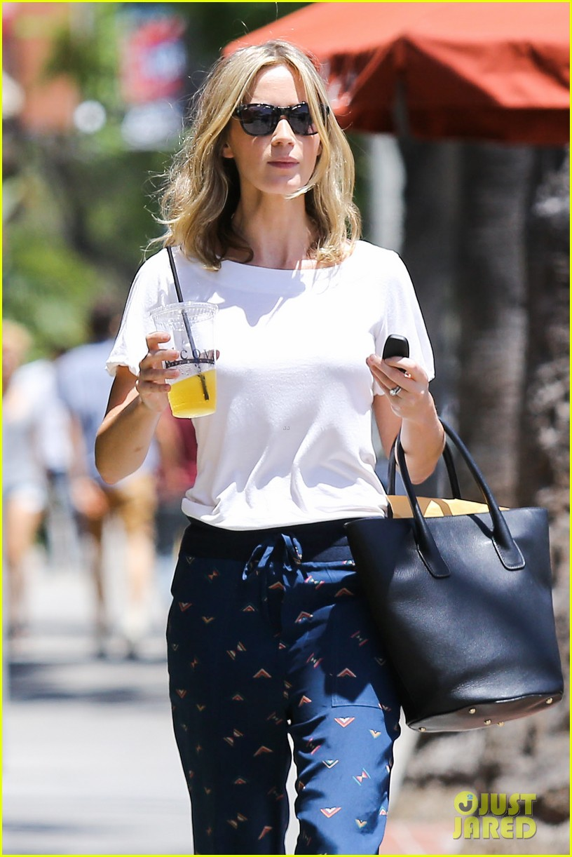 emily blunt tea time at alcove cafe 07