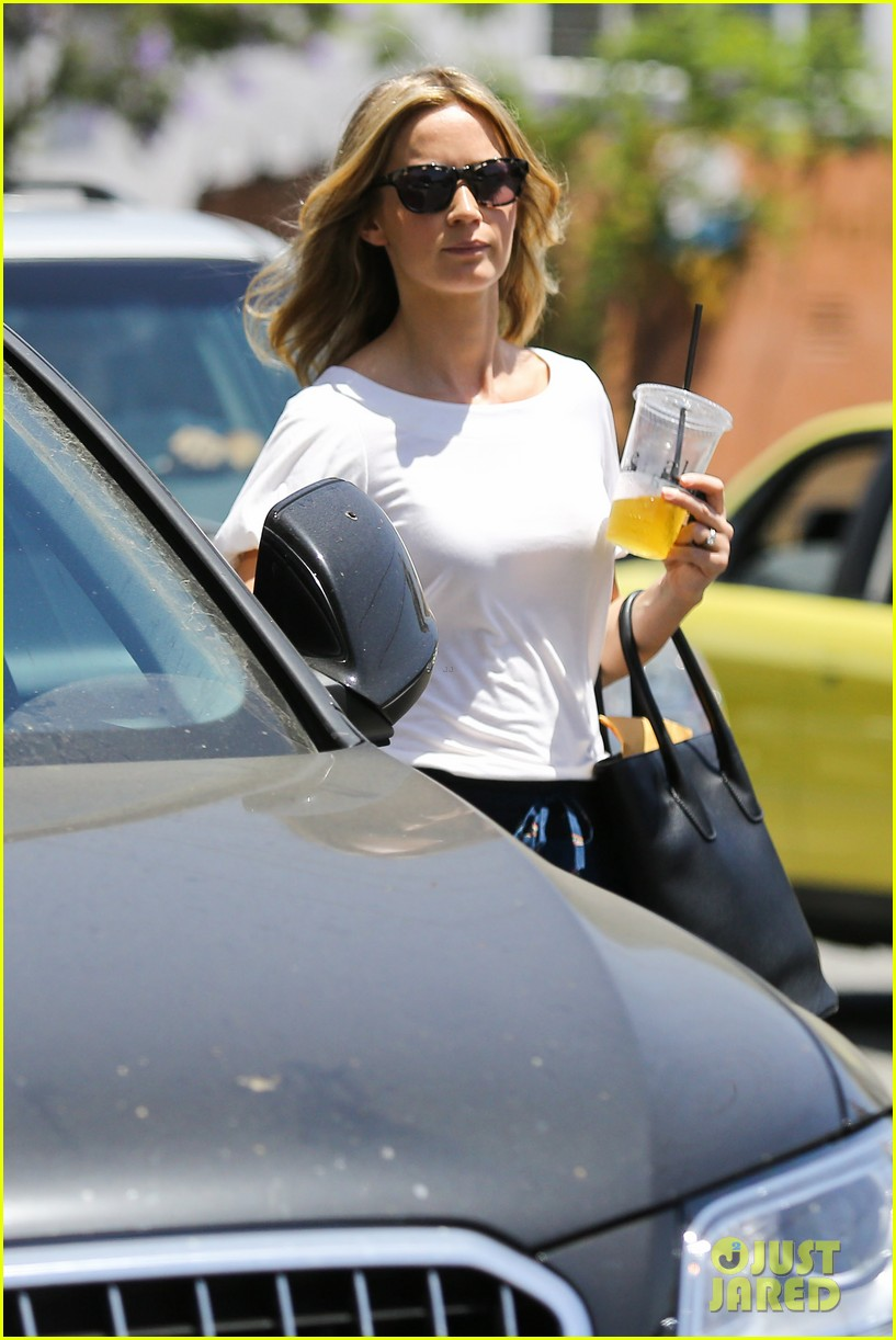 emily blunt tea time at alcove cafe 102895667