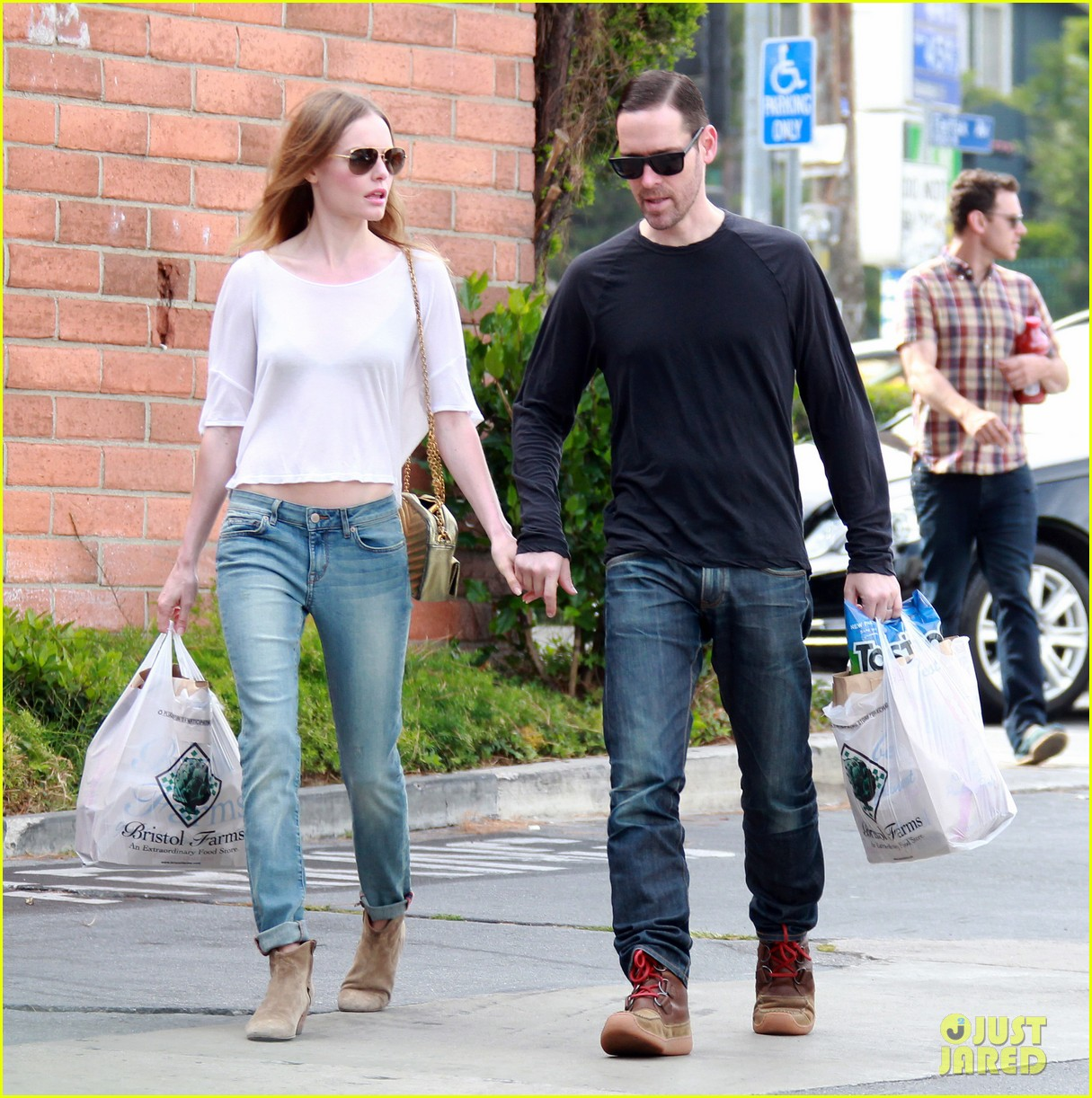 kate bosworth michael polish hold hands at bristol farms 01