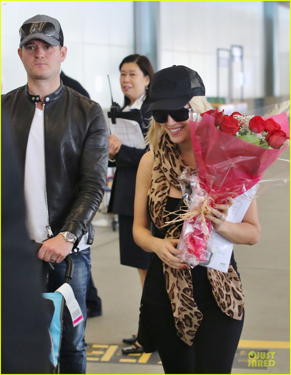 michael buble flowers for luisana lopilato arrival 02