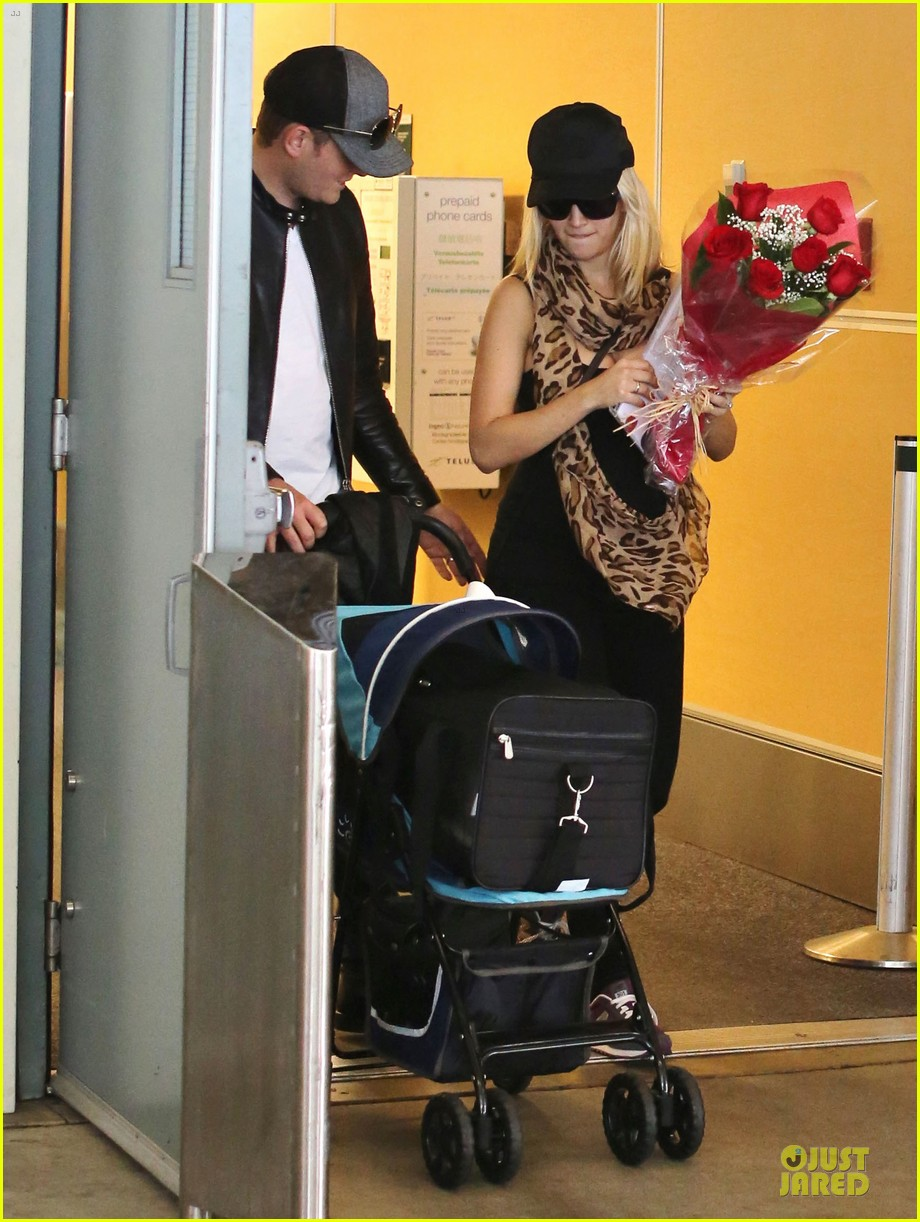 michael buble flowers for luisana lopilato arrival 10