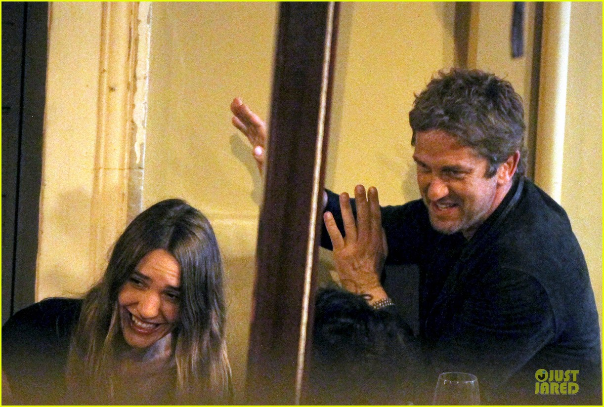 gerard butler italian dinner with friends 04