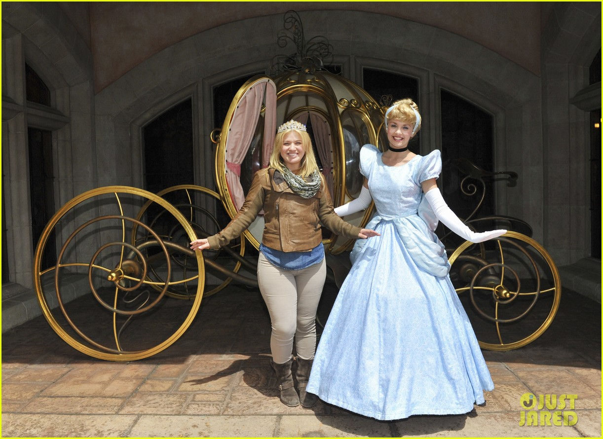kelly clarkson meets cinderella at disneyland paris 012893725