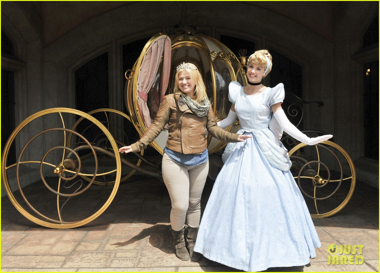 kelly clarkson meets cinderella at disneyland paris 032893727