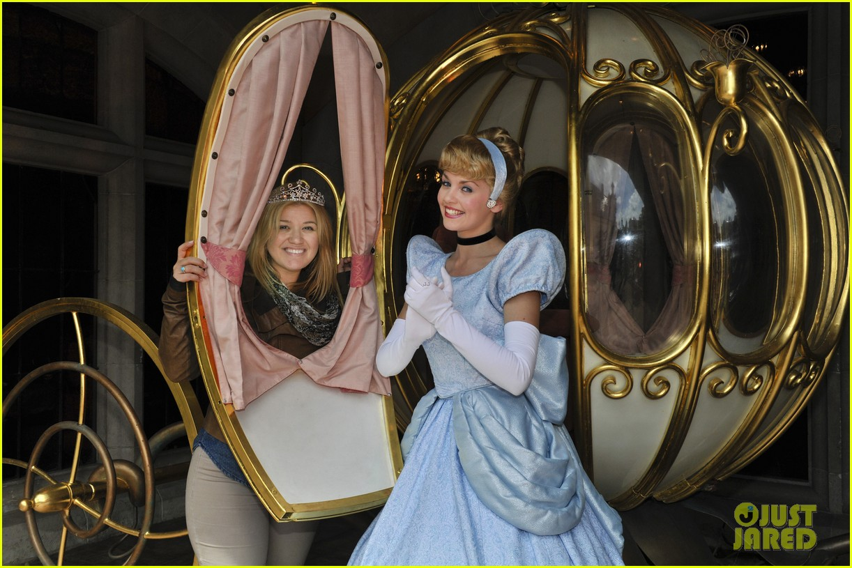 kelly clarkson meets cinderella at disneyland paris 042893728