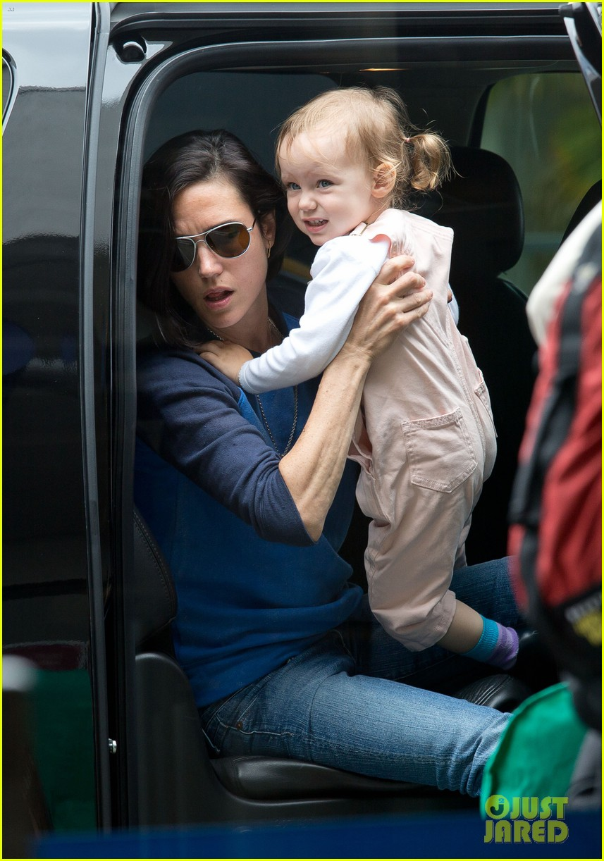 jennifer connelly paul bettany lax arrivial with the kids 03