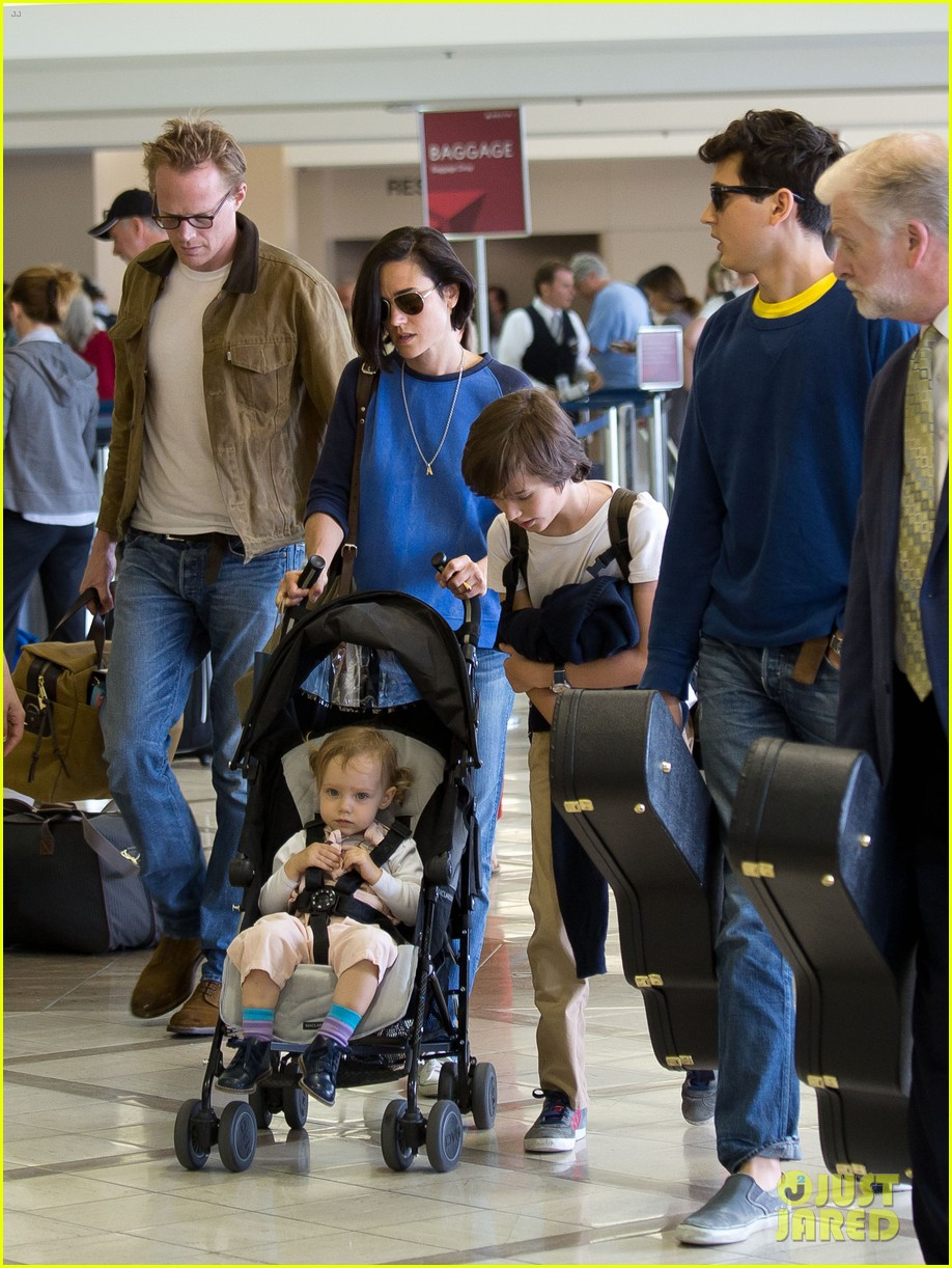 jennifer connelly paul bettany lax arrivial with the kids 042883143