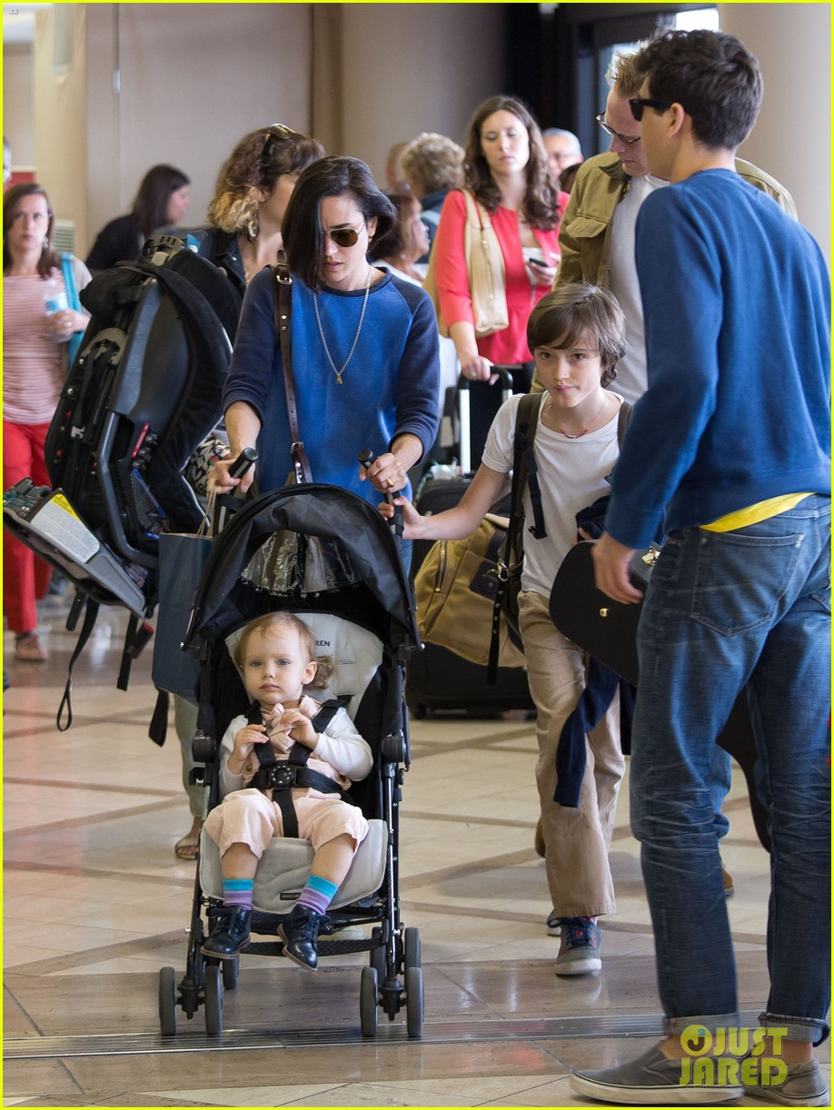 jennifer connelly paul bettany lax arrivial with the kids 102883149