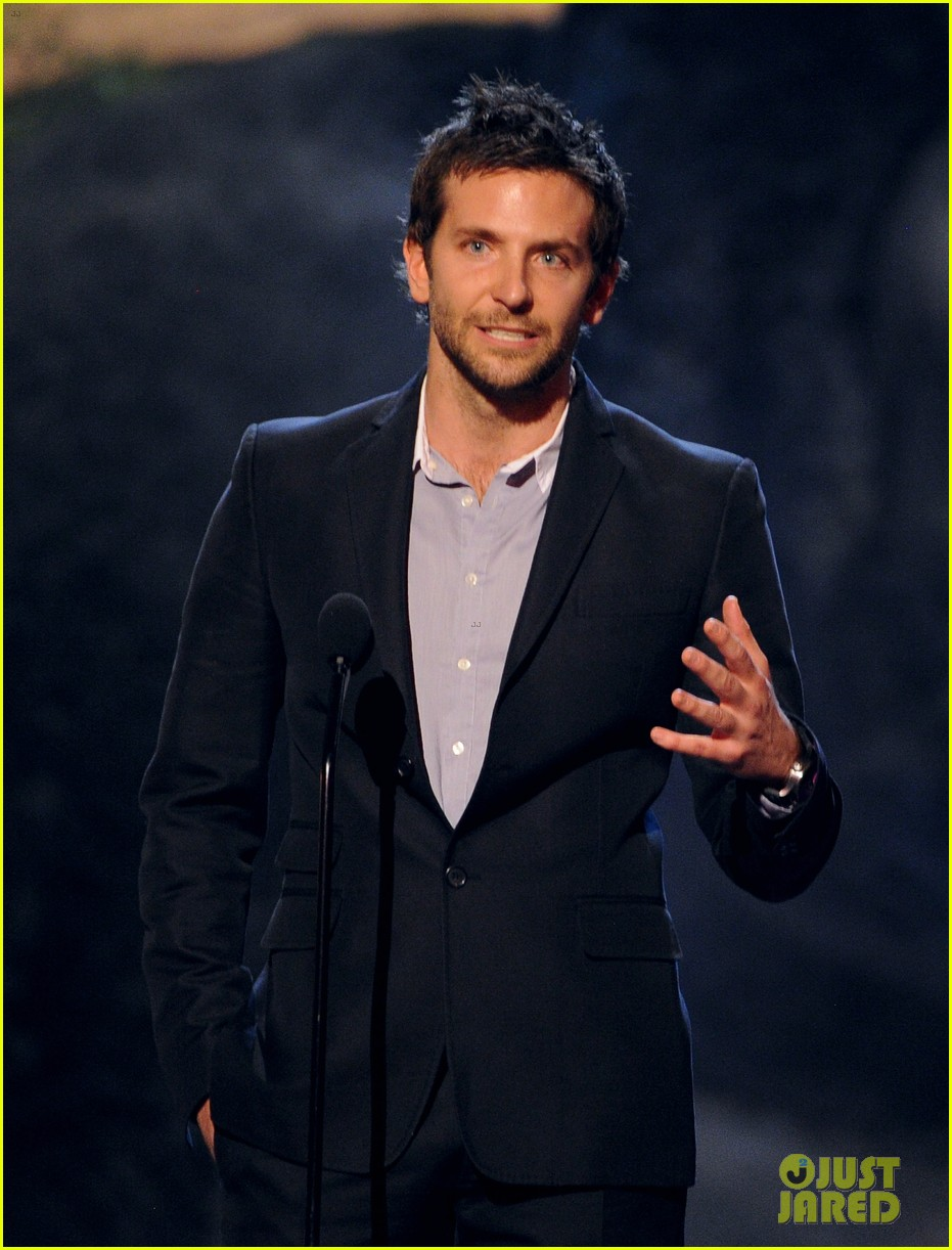 bradley cooper brings suki waterhouse to guys choice awards 17