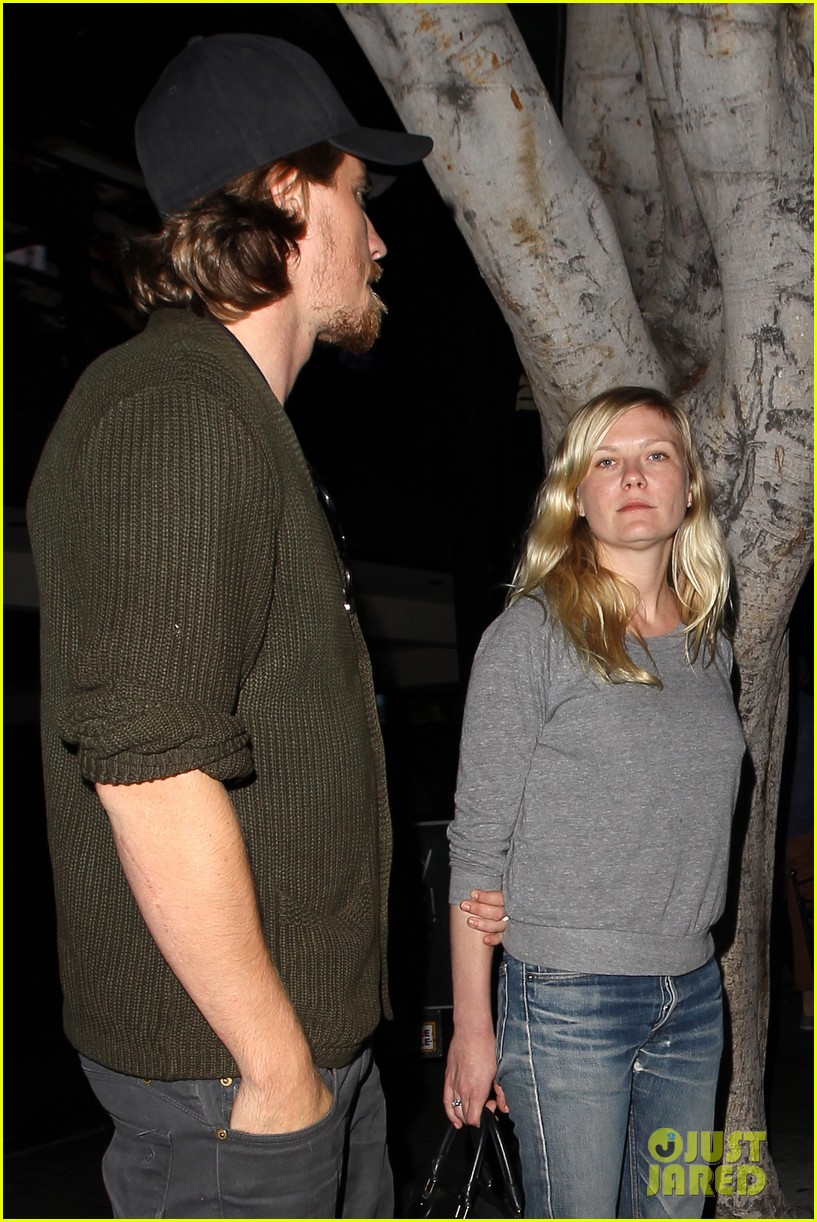 kirsten dunst garrett hedlund vermont kitchen couple 06