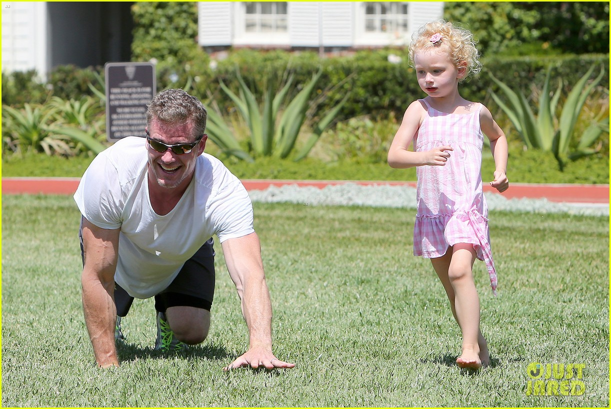 eric dane push ups with daughter billie 232897072