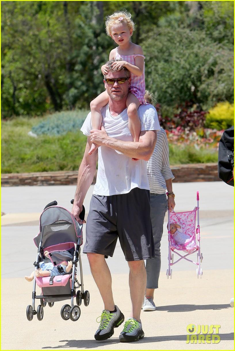 eric dane push ups with daughter billie 292897078