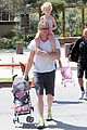 eric dane push ups with daughter billie 01