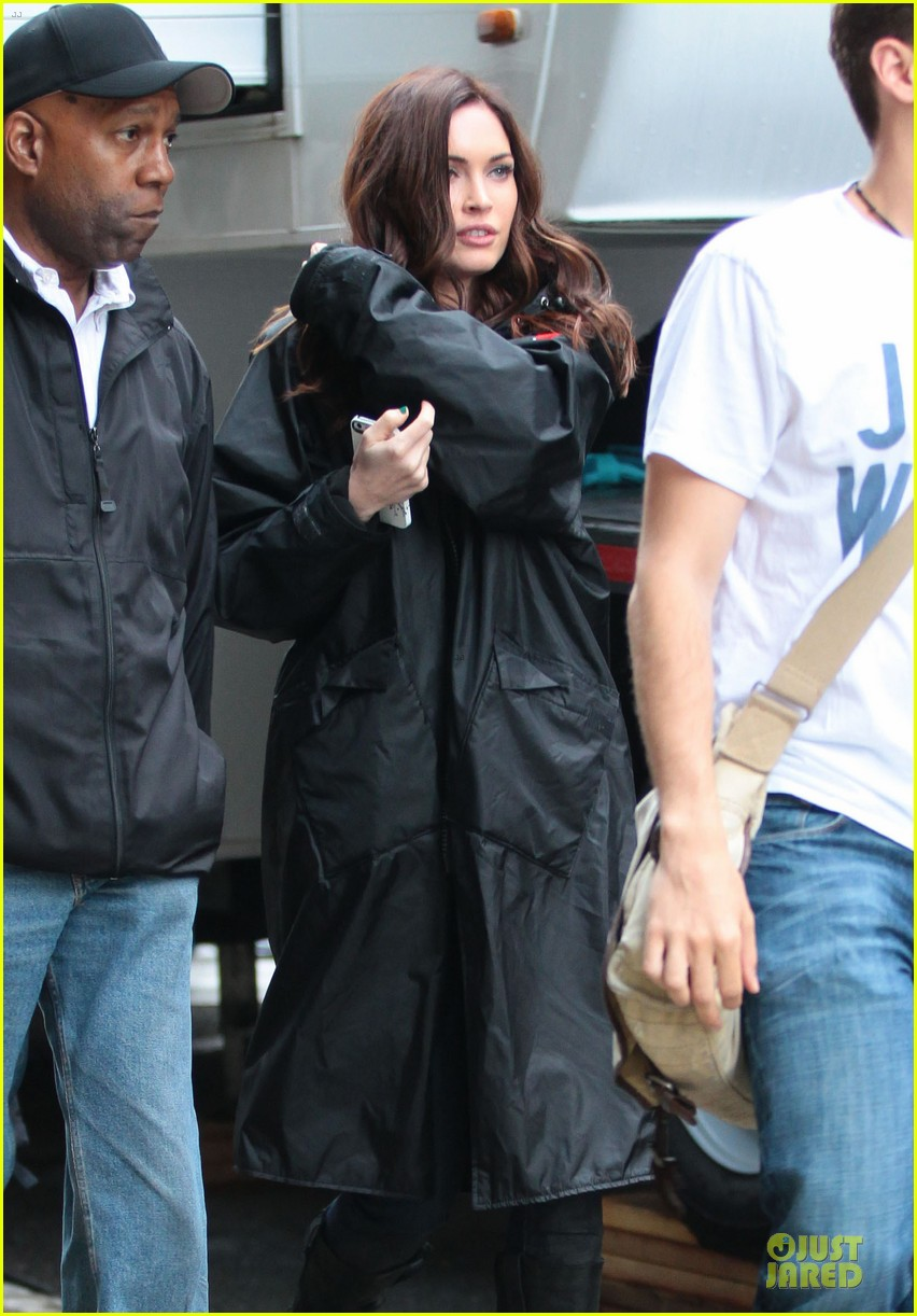 megan fox cell phone carrier on ninja turtles set 03