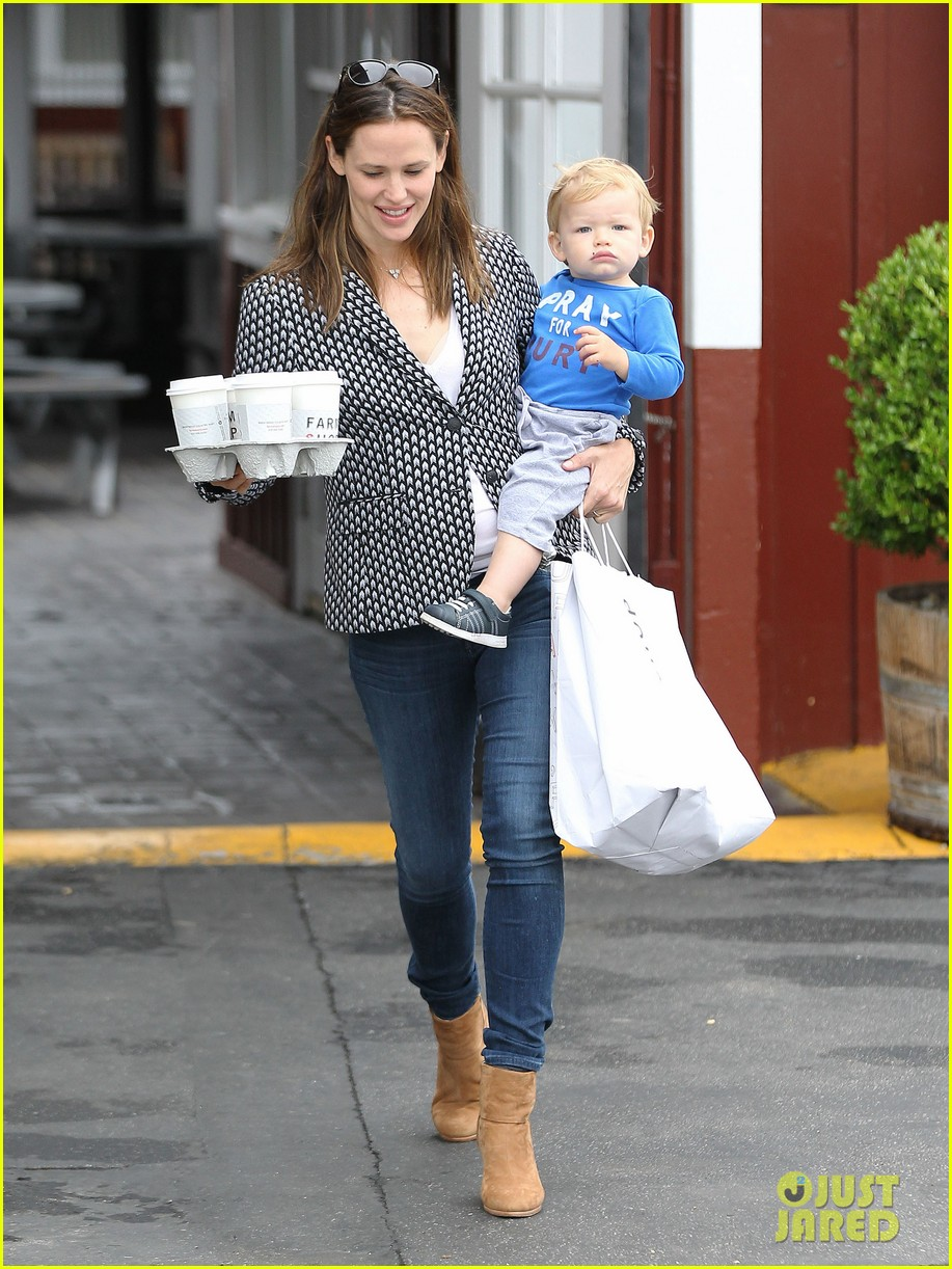 jennifer garner carries samuel four coffees 032885828