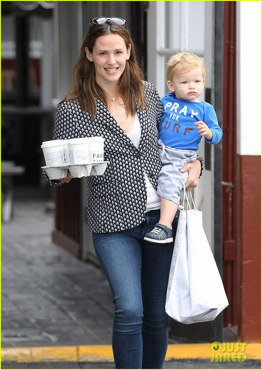 jennifer garner carries samuel four coffees 09