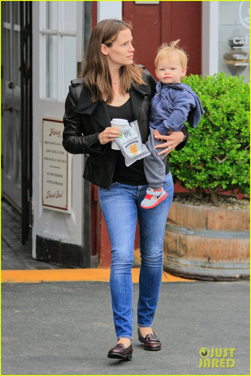 jennifer garner brentwood country mart stop with samuel 03