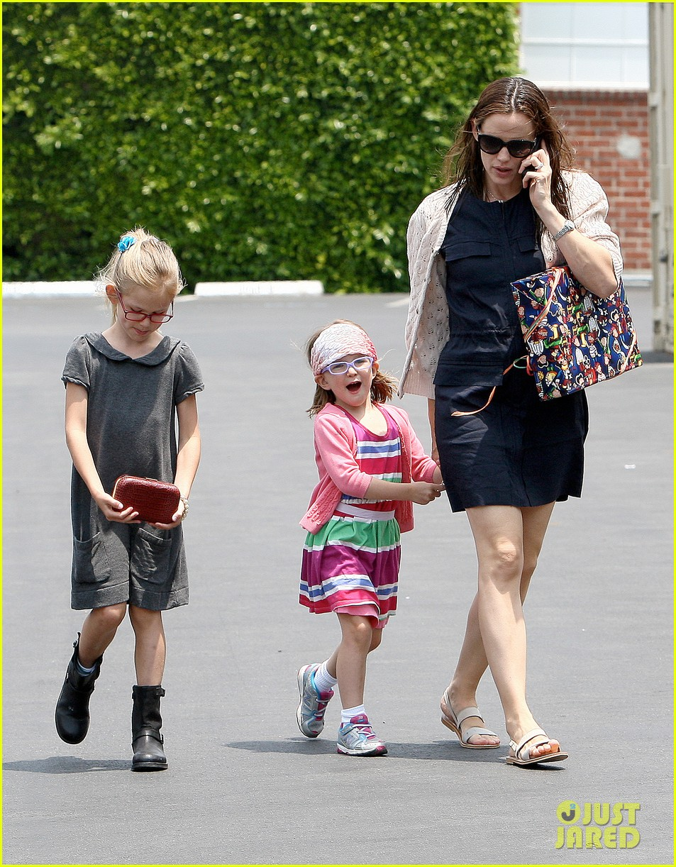 jennifer garner ben affleck star eco station with the girls 292882303