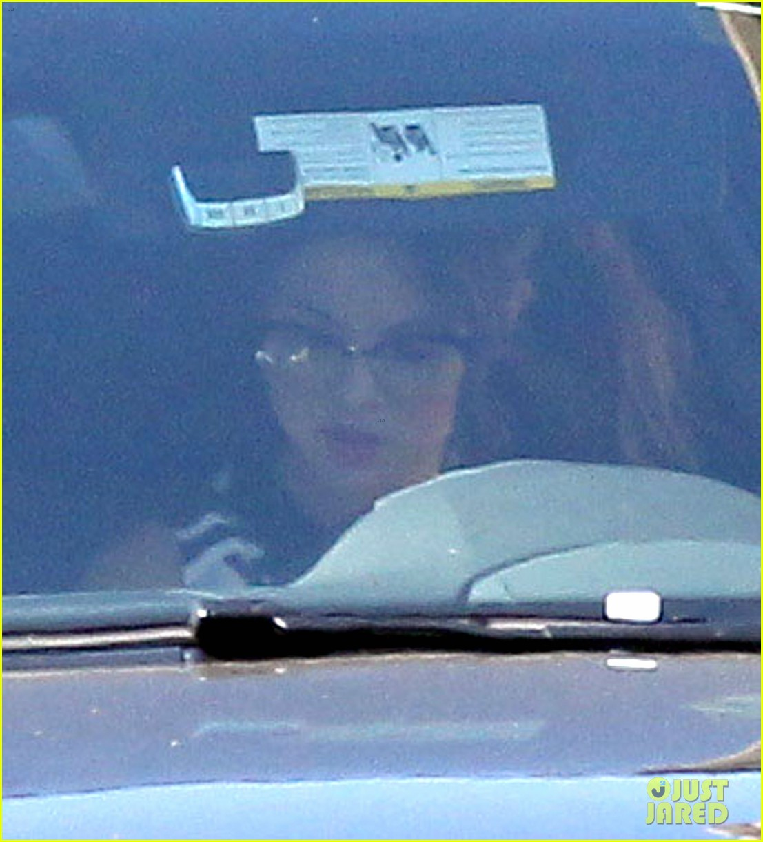 selena gomez grabs starbucks before visiting a friend 02