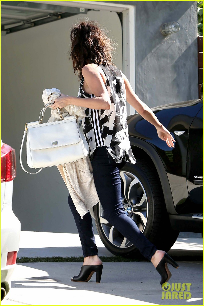 selena gomez grabs starbucks before visiting a friend 16