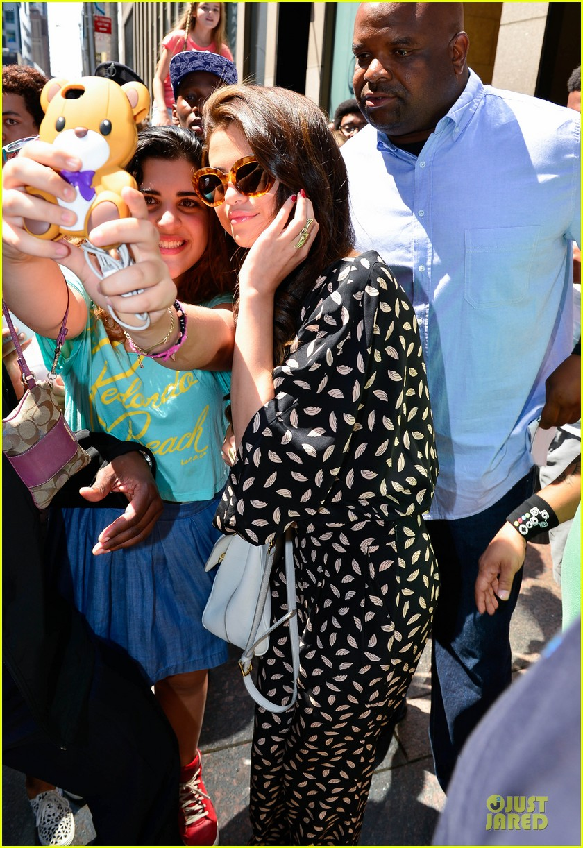 selena gomez fan photo op in soho 03