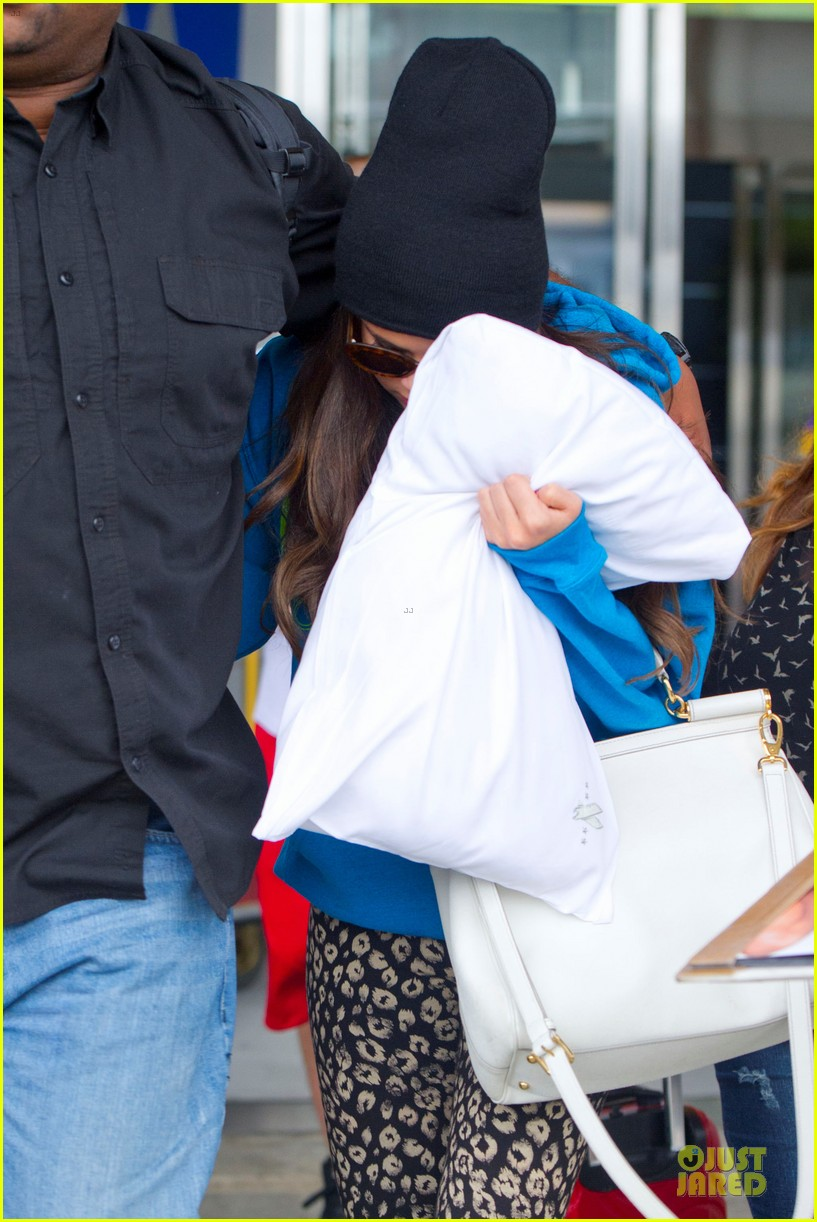 selena gomez fan photo op in soho 06