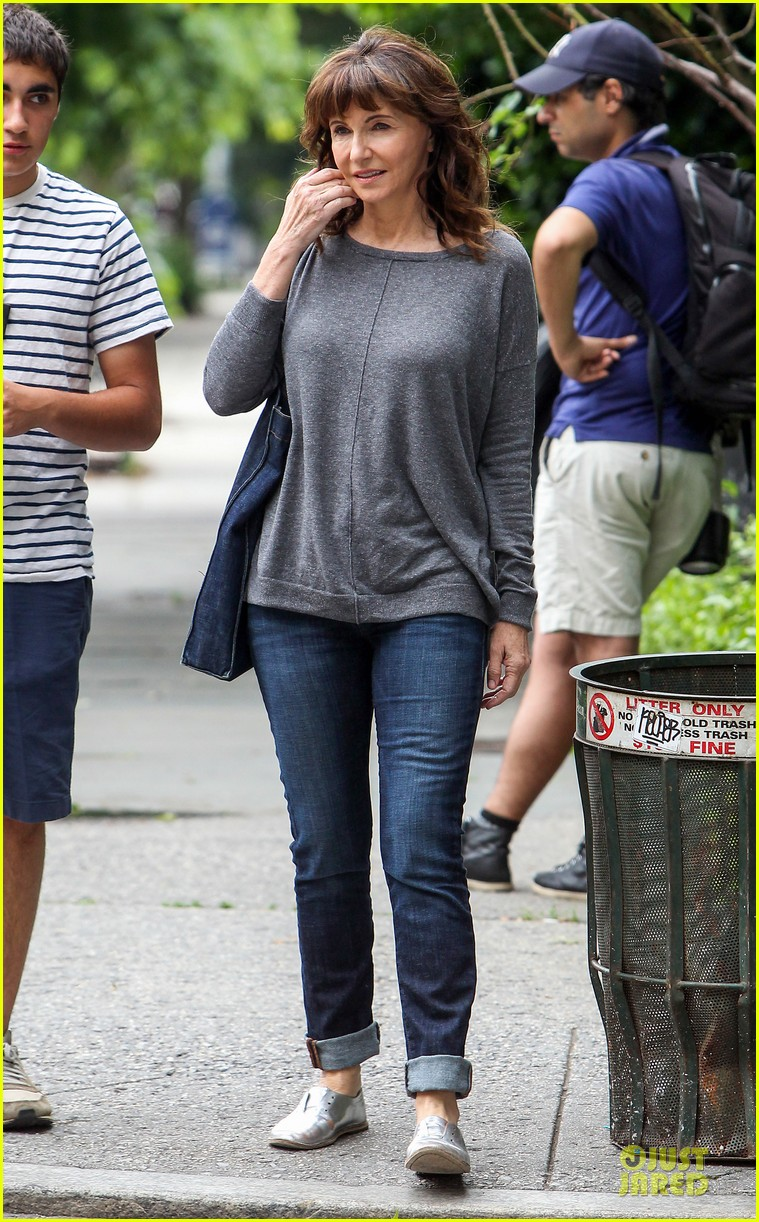 Anne Hathaway Guitar Carrying Gal On Song One Set Photo 2890155