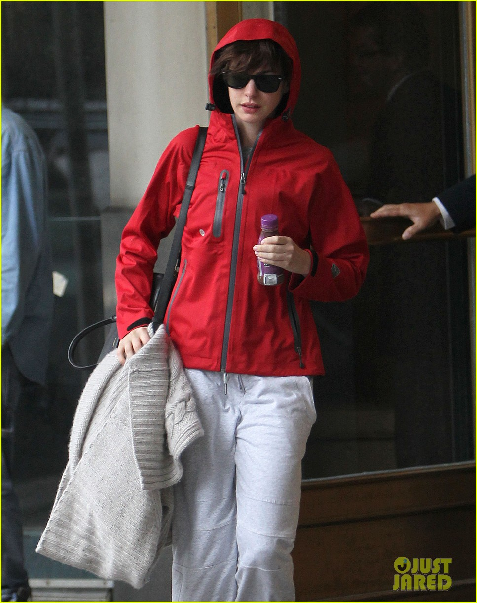 anne hathaway adam shulman rainy friday in new york 11