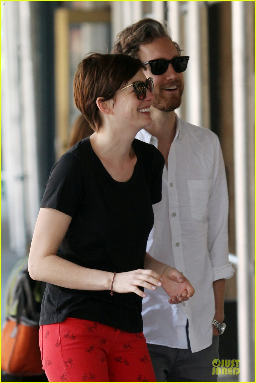 anne hathaway adam shulman red hot snuggling 04