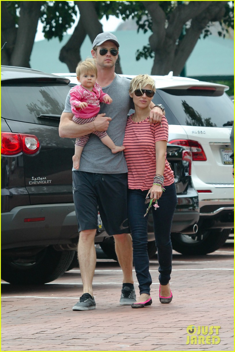chris hemsworth hugs his family close in malibu 08