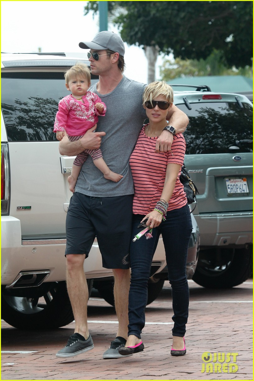 chris hemsworth hugs his family close in malibu 20
