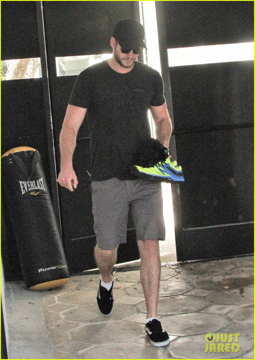 liam hemsworth works out miley cyrus wears engagement ring 022883715
