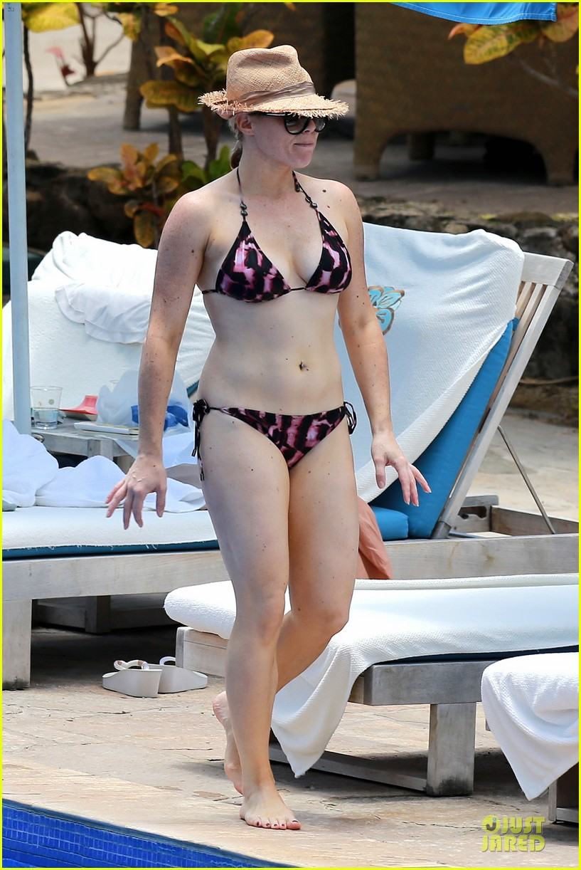 megan hilty cuddling with shirtless brian gallagher in hawaii 29